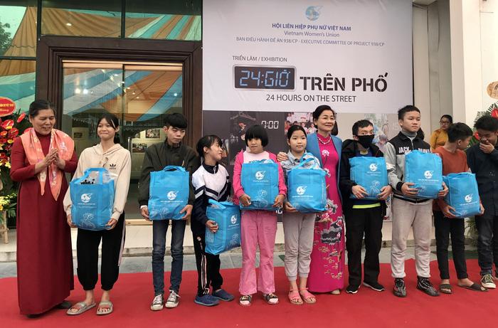 Phó Chủ tịch Hội LHPN Việt Nam Trần Thị Hương và Chủ tịch Hội bảo vệ quyền trẻ em Việt Nam Nguyễn Thị Thanh Hòa trao quà cho các em nhỏ là nhân vật chính của triển lãm