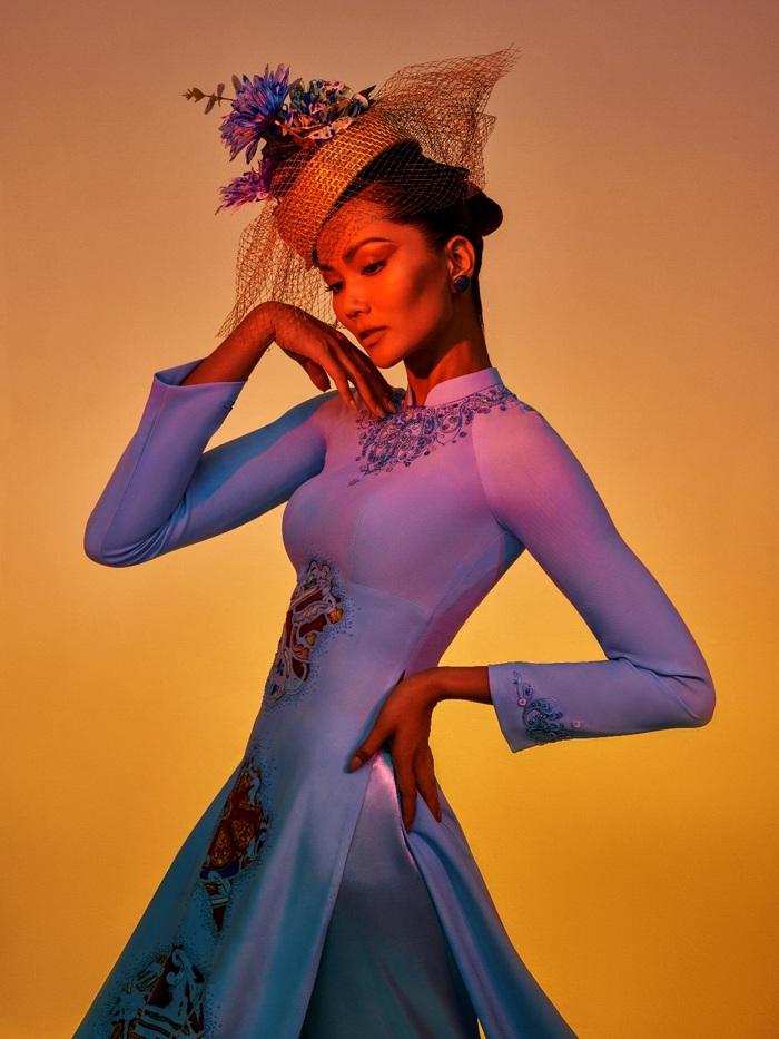 """NTK Đỗ Trịnh Hoài Nam cho rằng,  sự đầu tư đó là xứng đáng khi BST áo dài """"Sắc hoa"""" đã được tạp chí Heritage mời làm hình ảnh cho dịp chào mừng năm mới 2021 và nhận được sự cổ vũ của những người yêu áo dài  Anh sẵn sàng chấp nhận  tốn kém để thỏa mãn đam mê và tạo ra giá trị nhân văn"""