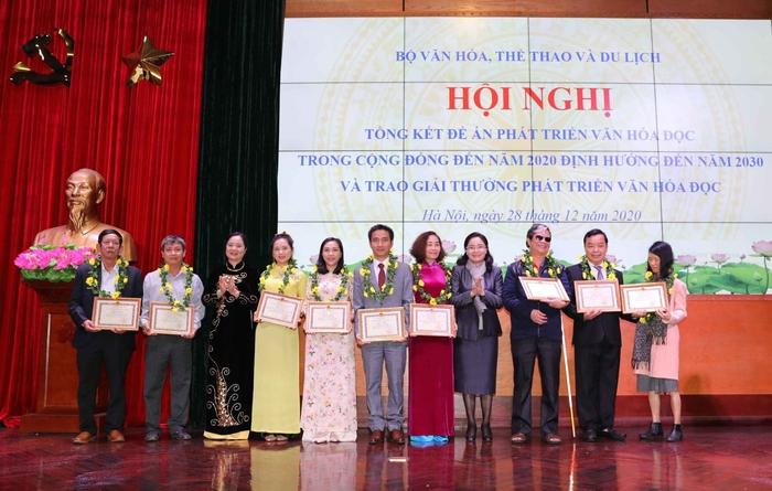 Nhà văn Nguyễn Bích Lan nhận Giải thưởng phát triển văn hóa đọc năm 2020 - Ảnh 2.
