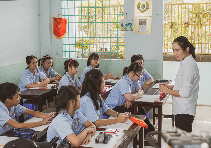 Khả Ngân, Quốc Anh mang niềm vui đến lớp học của những em nhỏ đặc biệt  - Ảnh 7.