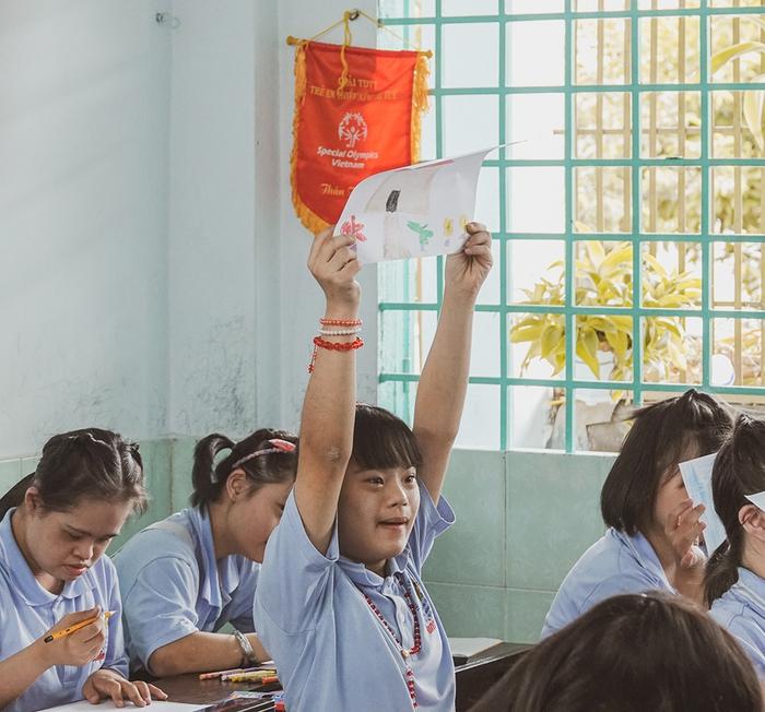 Khả Ngân, Quốc Anh mang niềm vui đến lớp học của những em nhỏ đặc biệt  - Ảnh 5.