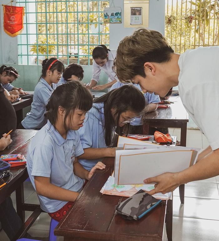 Khả Ngân, Quốc Anh mang niềm vui đến lớp học của những em nhỏ đặc biệt  - Ảnh 4.