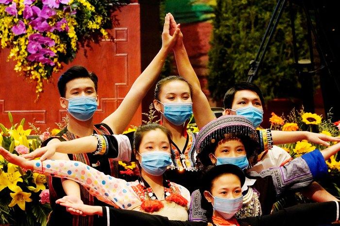 Những nữ đại biểu của dân tộc ít người dạo gót sen, bước khoan thai giữa lòng Hà Nội - Ảnh 2.