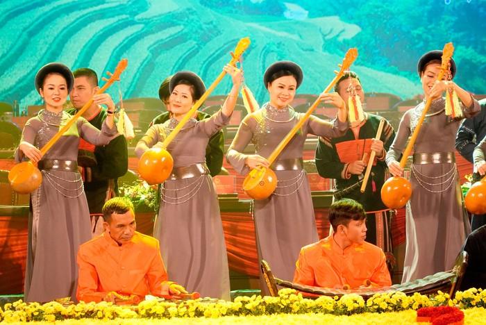 Những nữ đại biểu của dân tộc ít người dạo gót sen, bước khoan thai giữa lòng Hà Nội - Ảnh 3.