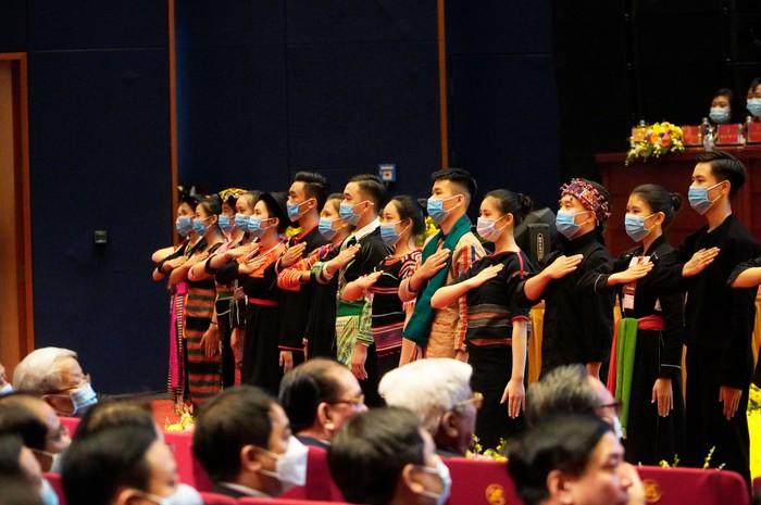 Những nữ đại biểu của dân tộc ít người dạo gót sen, bước khoan thai giữa lòng Hà Nội - Ảnh 1.