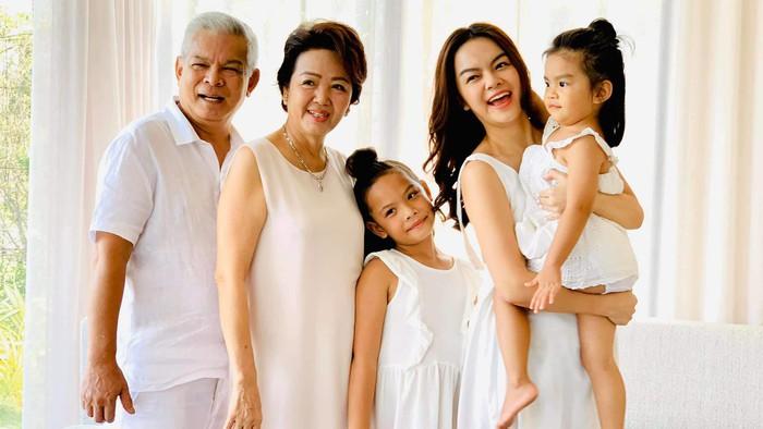 """Ra đường mặc trễ nải chứ về nhà, Phạm Quỳnh Anhchăm diện đầm suông theo kiểu """"mẹ nào con nấy"""" - Ảnh 8."""