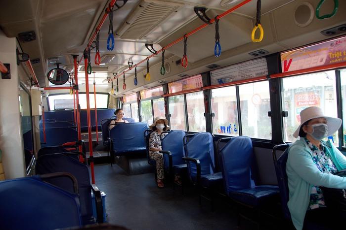Xe 01 vốn là xe độc nhất chạy tuyến Bến Thành - Bến xe Chợ Lớn hàng ngày đông khách đi chợ nhưng sáng nay cũng chi  lác đác