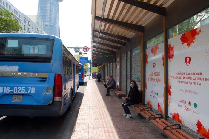 Trạm xe buýt Hàm Nghi Q1 là trạm hiện đại nhất tại TPHCM thưa vắng khách trong sáng nay