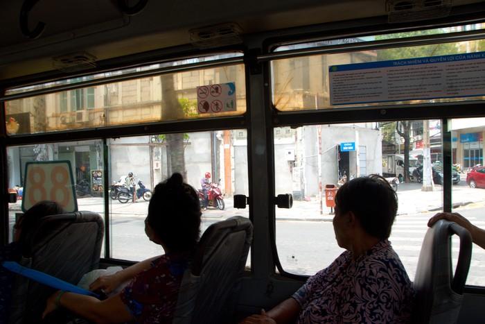 Nhiều hành khách đi xe buýt vẫn không đeo khẩu trang phòng chống dịch