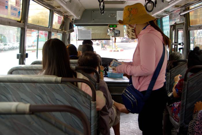 Tiếp viên thu tiền xe trên tuyến 56