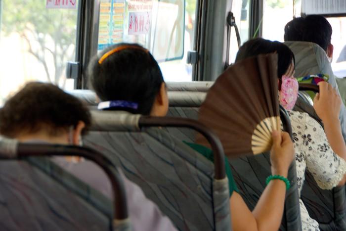 Một tuyến xe buýt khá nóng bức trong mùa này hành khách liên tục quạt