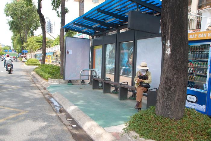 Một trạm xe buýt trên đường Nguyễn Hữu Cảnh Q Bình Thạnh chỉ có 1 hành khách duy nhất chờ xe
