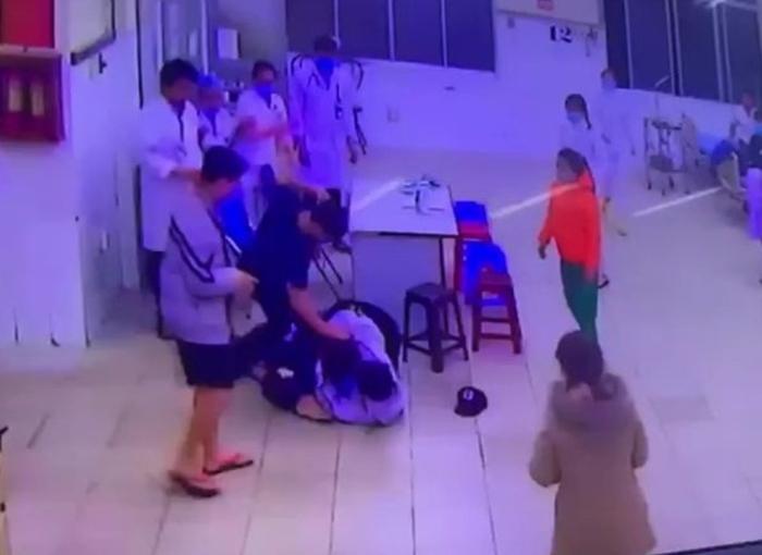 Người nhà bệnh nhân đánh gục bảo vệ, điều dưỡng tại phòng cấp cứu - Ảnh 1.