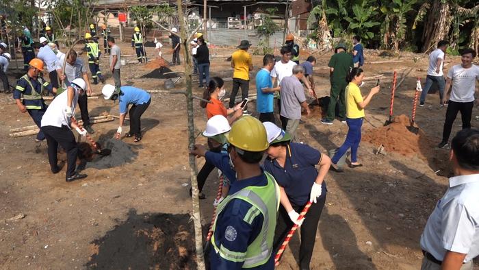 Phụ nữ quận Gò Vấp trồng cây phủ kín công viên Gò Môn