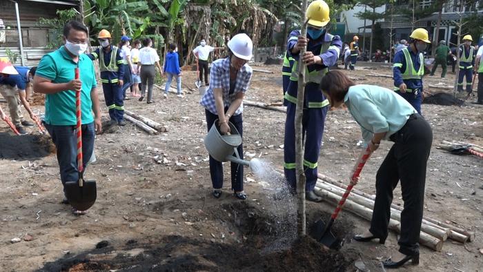 Chủ tịch UBND quận Gò Vấp Nguyễn Thị Thanh Vân cùng Chủ tịch Hội LHPN tp Hồ Chí Minh Nguyễn Trần Phượng Trân hưởng ứng tết trồng cây