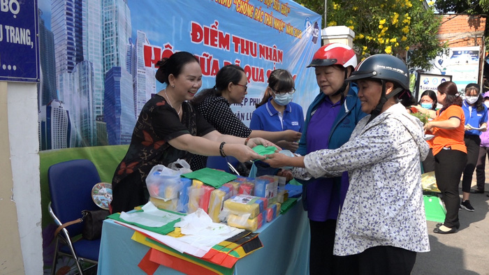 Phụ nữ Gò Vấp giao rác thải nhựa và nhận túi đựng rác tự hủy để tuyên truyền về môi trường