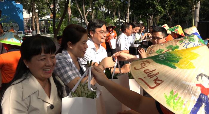 Phụ nữ Gò Vấp tặng cây cho đại biểu mang về nhà trồng