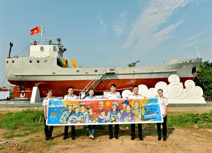 Họa sĩ Nguyễn Thu Thủy tặng phác thảo tranh Bác Hồ với các lực lượng Hải quân và ngư dân