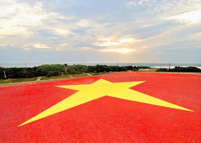 Lá cờ Tổ quốc Việt Nam bằng gốm lớn nhất trên nóc nhà hội trường đảo Trường Sa Lớn