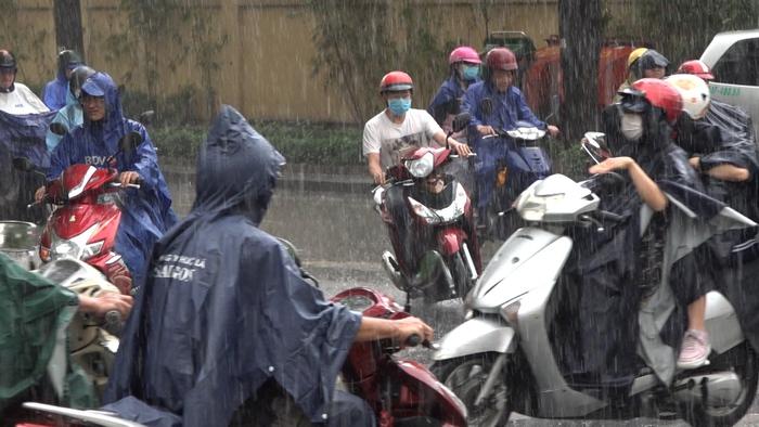 Cơn mưa lớn kéo dài 1 giờ, giải nhiệt sau bao ngày nắng như thiêu đốt ở thành phố Hồ Chí Minh