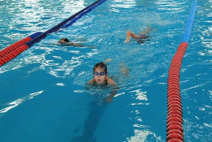 Giá vé chỉ còn 20k-30k, hàng loạt bể bơi khuyến mãi 'khủng'chào hè  - Ảnh 1.