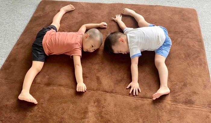 2 quý tử nhà Quốc Cơ, Quốc Nghiệp ép dẻo lúc 4 tuổi chuẩn tới từng động tác - Ảnh 2.