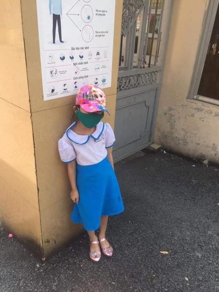 """Mẹ học sinh lớp 1 đứng """"phơi nắng"""" trước cổng trường: """"Mong cô giáo không bị kỷ luật"""" - Ảnh 1."""