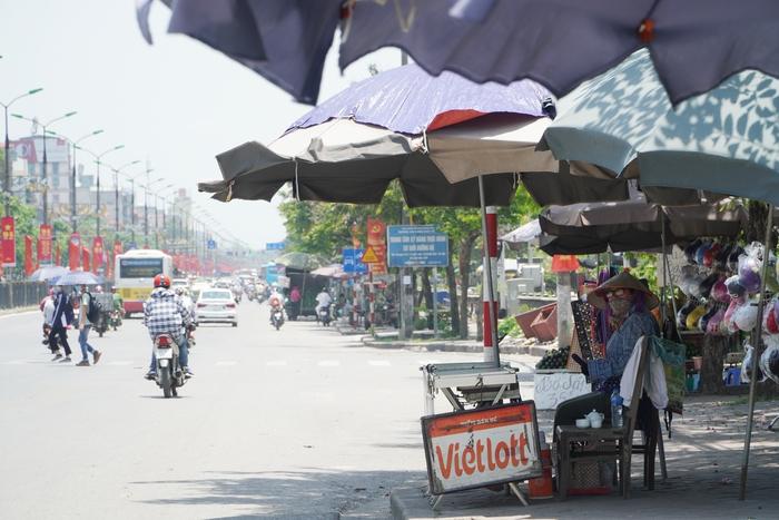 Những phụ nữ 'mình hạc' vất vả mưu sinh ngoài đường trong nắng nóng gần 40 độ - Ảnh 9.
