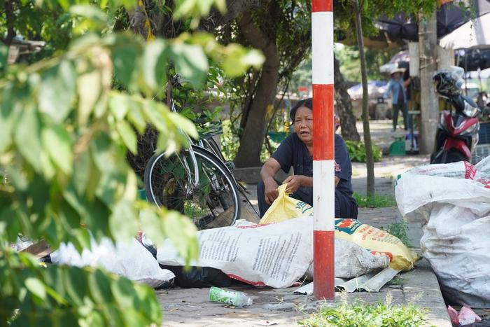 Những phụ nữ 'mình hạc' vất vả mưu sinh ngoài đường trong nắng nóng gần 40 độ - Ảnh 11.