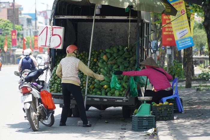Những phụ nữ 'mình hạc' vất vả mưu sinh ngoài đường trong nắng nóng gần 40 độ - Ảnh 12.