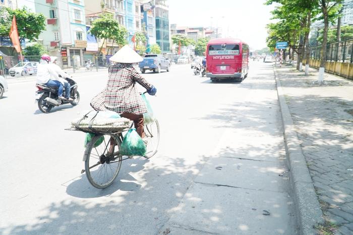 Những phụ nữ 'mình hạc' vất vả mưu sinh ngoài đường trong nắng nóng gần 40 độ - Ảnh 3.