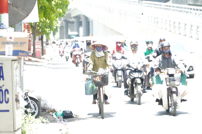 Những phụ nữ 'mình hạc' vất vả mưu sinh ngoài đường trong nắng nóng gần 40 độ - Ảnh 4.