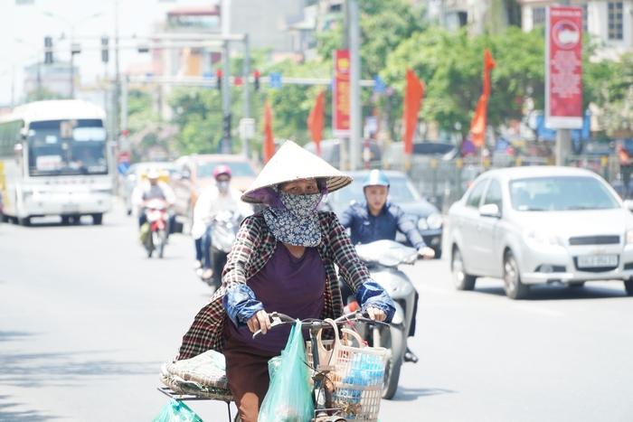 Những phụ nữ 'mình hạc' vất vả mưu sinh ngoài đường trong nắng nóng gần 40 độ - Ảnh 5.