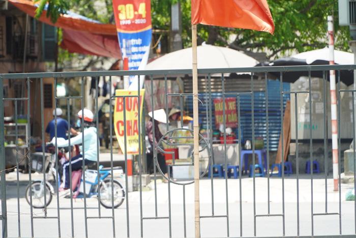 Những phụ nữ 'mình hạc' vất vả mưu sinh ngoài đường trong nắng nóng gần 40 độ - Ảnh 8.
