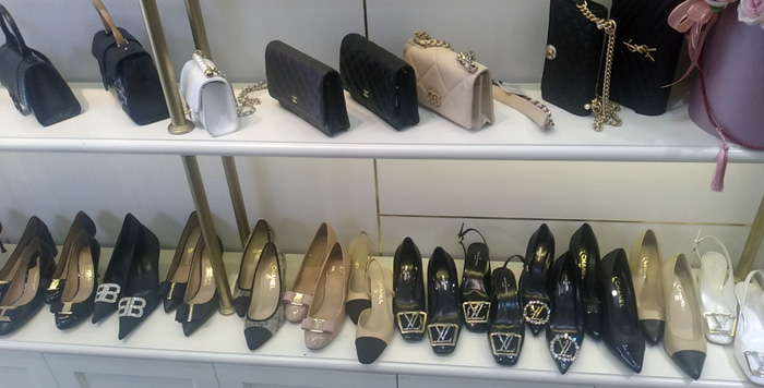 Thu giữ hàng ngàn túi xách, quần áo, ví giả hàng hiệu Gucci, LV, Chanel tại phố cổ Hà Nội - Ảnh 2.