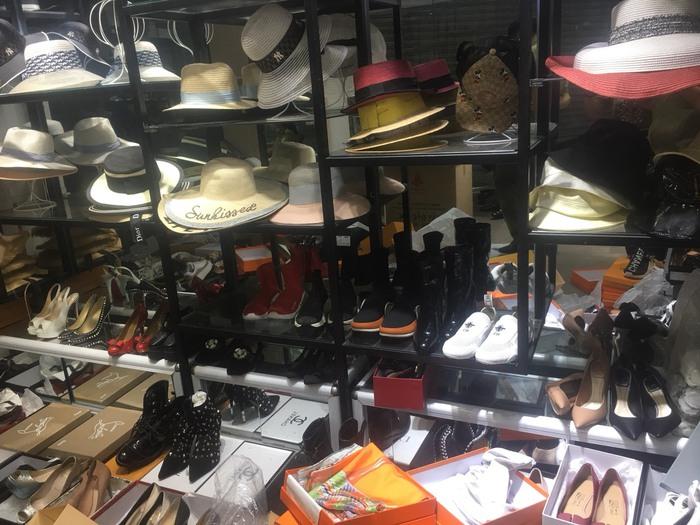 Thu giữ hàng ngàn túi xách, quần áo, ví giả hàng hiệu Gucci, LV, Chanel tại phố cổ Hà Nội - Ảnh 1.