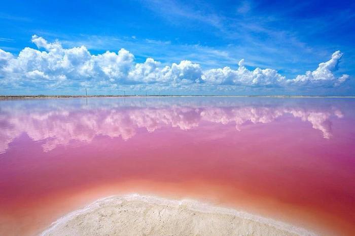 Hồ nước màu hồng đẹp tuyệt nhưng du khách tuyệt đối không được tắm - Ảnh 1.