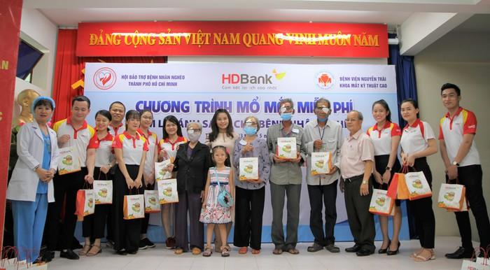 Ngày 23/5/2020, với sự tài trợ chi phí từ HDBank, phối hợp cùng Hội Bảo trợ bệnh nhân nghèo TP.HCM, Bệnh viện Nguyễn Trãi (TP.HCM) đã tiến hành phẫu thuật miễn phí đem lại ánh sáng cho gần 200 bệnh nhân nghèo bị đục tinh thể mắt.