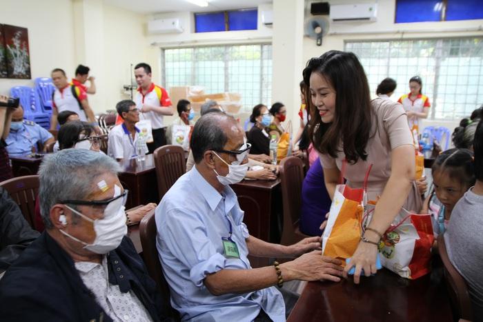 Cùng hỗ trợ chi phí phẫu thuật mắt, HDBank còn tặng quà cho những bệnh nhân nghèo