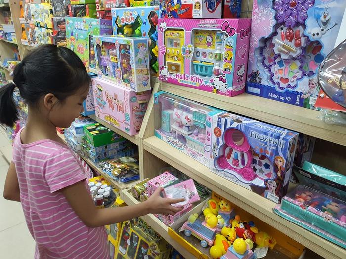 """Quà tặng 1/6: 5 dấu hiệu phân biệt đồ chơi chính hãng và đồ chơi """"fake"""" - Ảnh 1."""