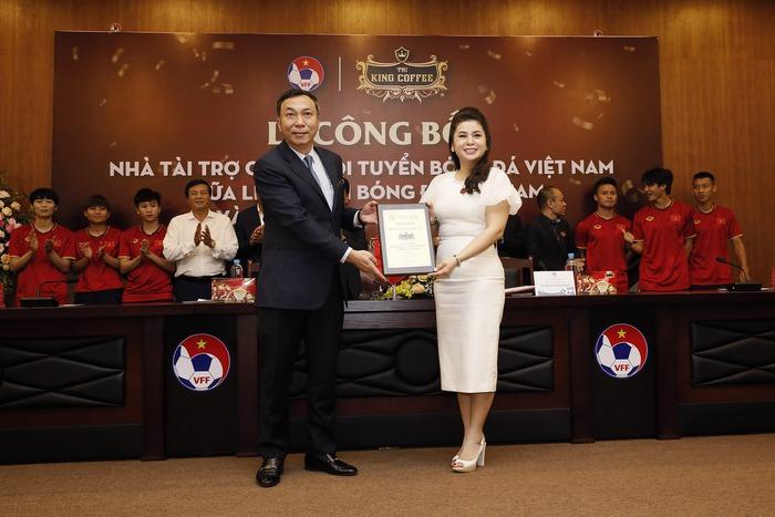 Lê Hoàng Diệp Thảo, nữ tướng cà phê, đam mê bóng đá - Ảnh 2.