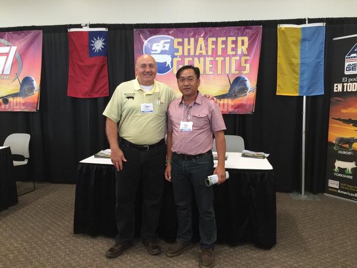 Ông Nguyễn Tấn Hậu và chuyên gia trong một lần đi khảo sát, học tập mô hình chăn nuôi ở nước ngoài