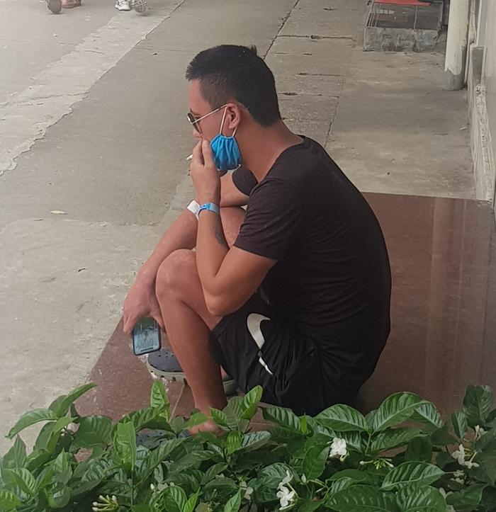 Bệnh nhân và người nhà vô tư hút thuốc lá trong khuôn viên BV nhưng không ai nhắc nhở - Ảnh 1.