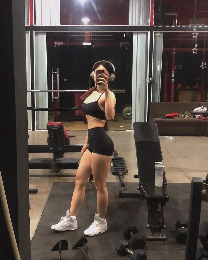 Miu Lê tập đúng cách giúp cơ thể săn chắc, chị em đừng nghĩ cứ đến gym là đô con - Ảnh 1.