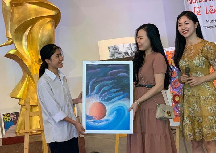 'Vẽ lên cổ tích' gây quỹ cho trẻ khiếm khuyết  - Ảnh 1.