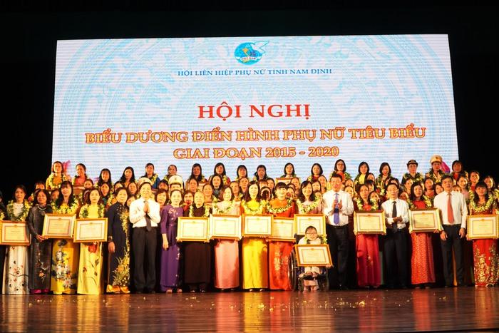 [Ảnh] Những khoảnh khắc xúc động trong buổi lễ vinh danh những tập thể, cá nhân phụ nữ 'hơn người' ở Nam Định - Ảnh 1.