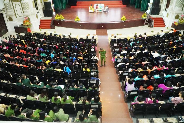 [Ảnh] Những khoảnh khắc xúc động trong buổi lễ vinh danh những tập thể, cá nhân phụ nữ 'hơn người' ở Nam Định - Ảnh 2.
