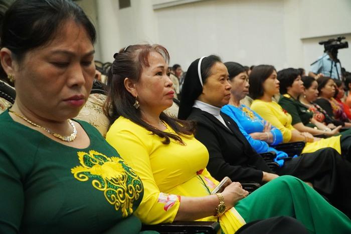 [Ảnh] Những khoảnh khắc xúc động trong buổi lễ vinh danh những tập thể, cá nhân phụ nữ 'hơn người' ở Nam Định - Ảnh 3.
