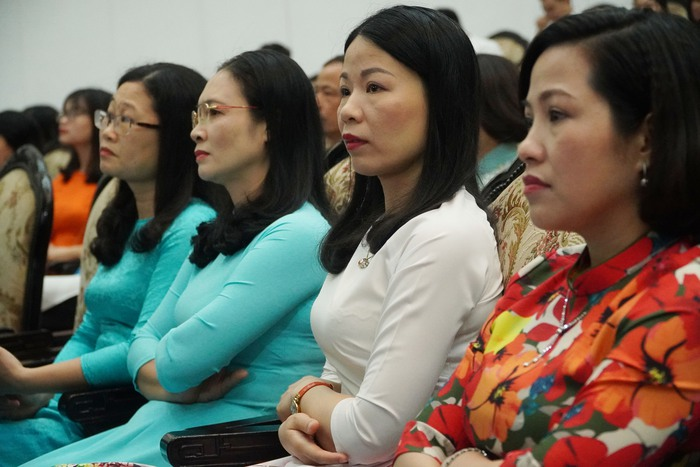 [Ảnh] Những khoảnh khắc xúc động trong buổi lễ vinh danh những tập thể, cá nhân phụ nữ 'hơn người' ở Nam Định - Ảnh 6.