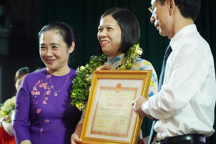 [Ảnh] Những khoảnh khắc động lòng người trong buổi lễ vinh danh những tập thể, cá nhân phụ nữ điển hình ở Nam Định - Ảnh 9.